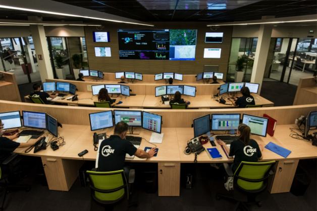 Une dizaine de géomaticiens travaille dans chacun des centres de pilotage opérationnel de la Saur, comme ici à Lyon Gerland.  © Saur - MRC Production
