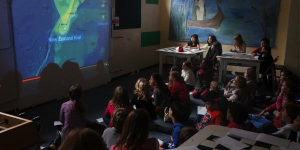 Chaque année, le GIS Day permet de faire découvrir la géomatique à différents publics. Certains professeurs des écoles acceptent volontiers cette nouvelle manière moderne de s'ouvrir au monde et d'apprendre la géographie. ici en 2014, avec les CM1 et CM2 de la Junior School de Lyon.